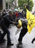 ببینید | حمله طرفداران ترامپ به معترضان نژادپرستی