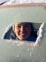 چگونه شیشه یخزدهی ماشین خود را پاک کنیم؟