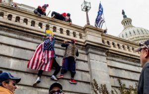 نخستن حکم حمله کنندگان به کنگره صادر شد؛این مرد پرچمدار اولین قربانی/عکس