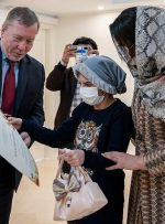 کودکان نقاش و عکاس ایرانی، جایزه خود را از سفیر چک گرفتند/ عکس