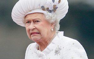 دانشجویان آکسفورد تصویر ملکه را پایین کشیدند؛چهره او استعمار را یادآوری میکند