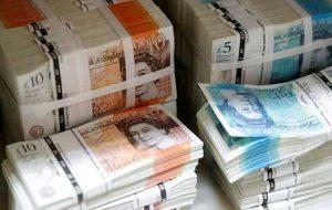 استرلینگ دوباره در آستانه رای گیری در مورد مالیات جدید بریتانیا لغزش می کند