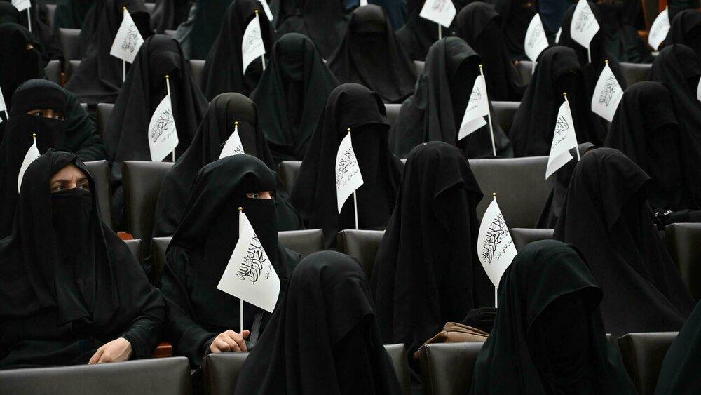 زنان برقع پوش با تجمع در دانشگاه از طالبان حمایت کردند/عکس