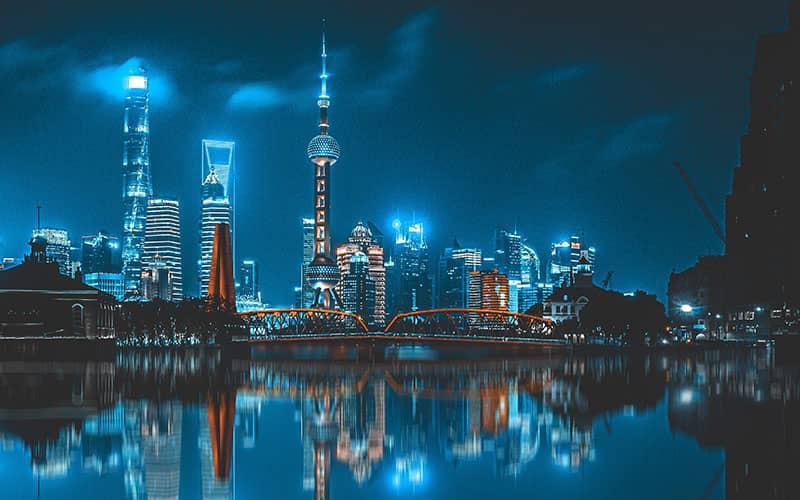 شهری مملو از آسمانخراش در نورپردازی شب