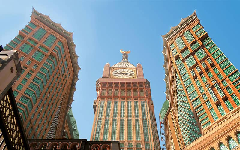 نمای نزدیک از برج ساعت و برج های کنارش