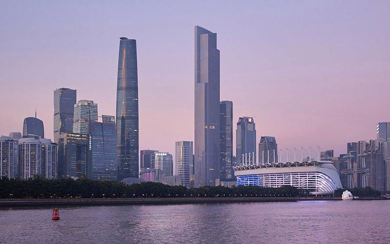 دو برج بلند در کنار رودخانه