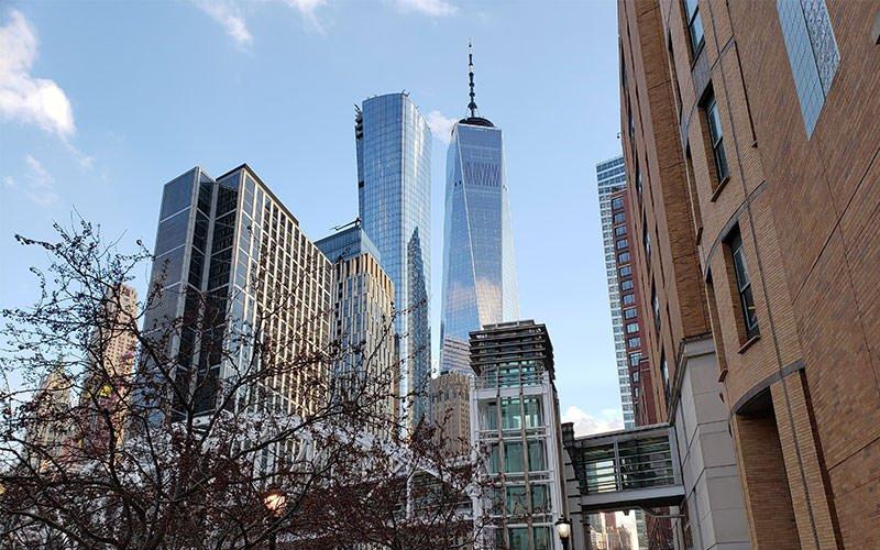 دو آسمانخراش بلند در میان سازه های شهری