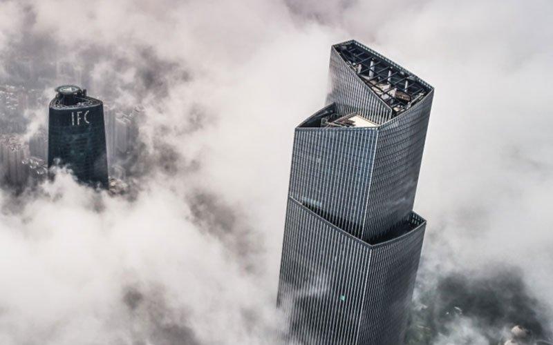 بالای دو برج بلند در میان مه