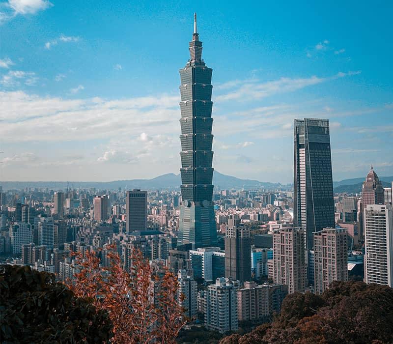 دو برج بلند در شهری با ساختمان های کوتاه