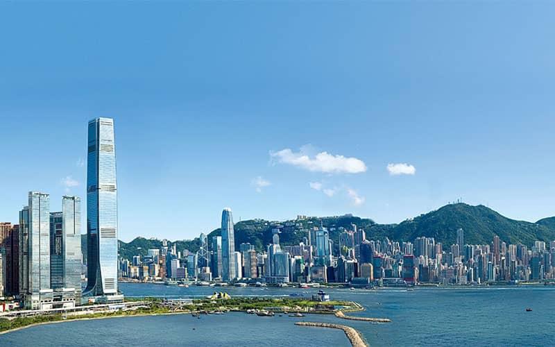 برج های بلند متعدد در کنار ساحل دریا