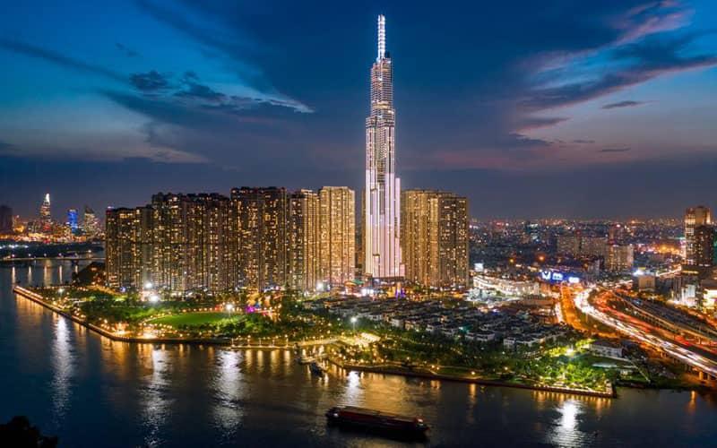 ساختمان بسیار بلندی در کنار دریاچه در شب