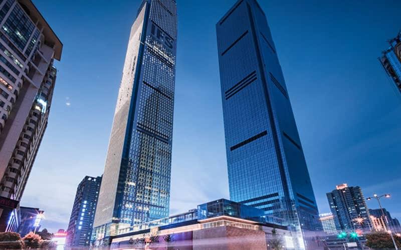 دو برج شیشه ای بلند در کنار یکدیگر
