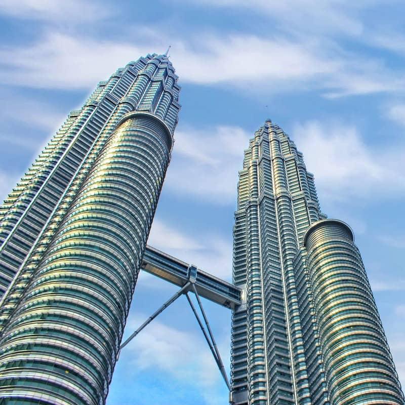 دو برج بلند با پلی در بین آن ها