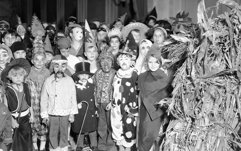 عکسی سیاه و سفید از جشن هالووین برای کودکان