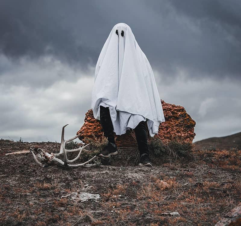 لباس روح در منطقه ای بیابانی با هوای ابری