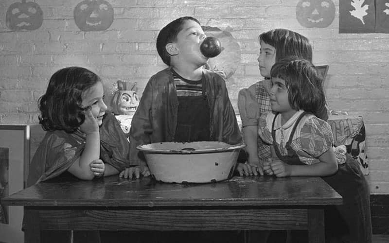 عکس سیاه و سفید از سیب بازی کودکان