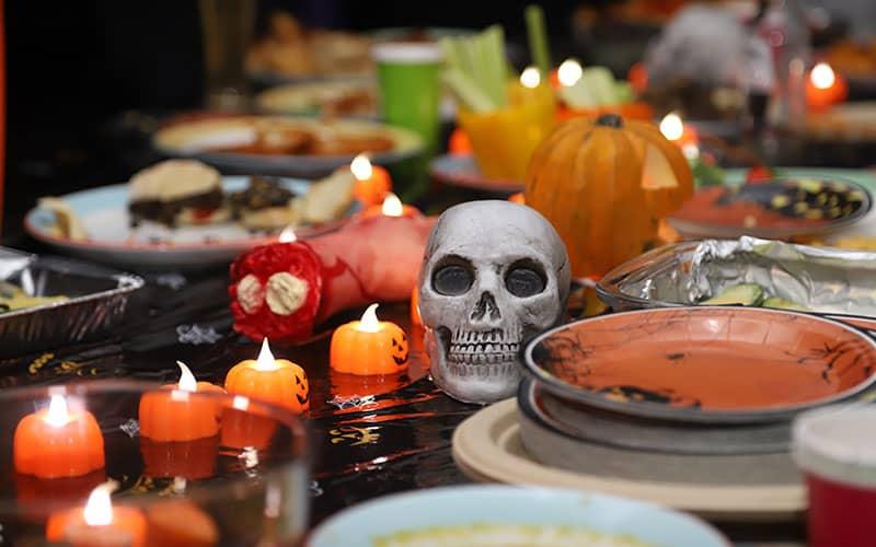 جمجمه انسان در میان شمع و کدوتنبل در هالووین