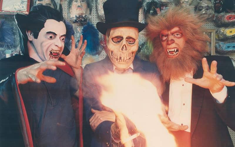 سه مرد با لباس های و ماسک های ترسناک برای هالووین