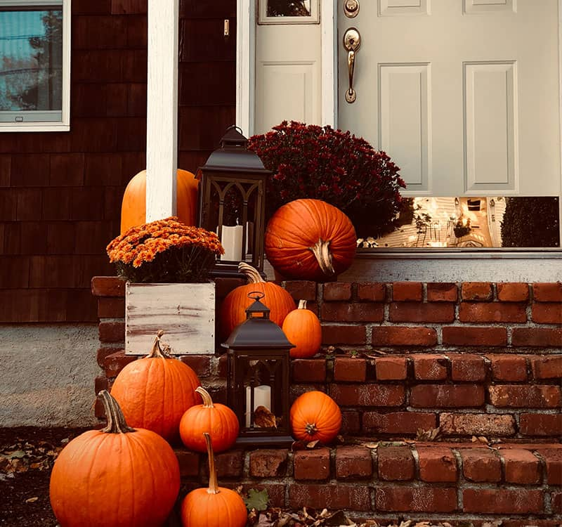 چیدن کدوتنبل روی پله های ورودی خانه