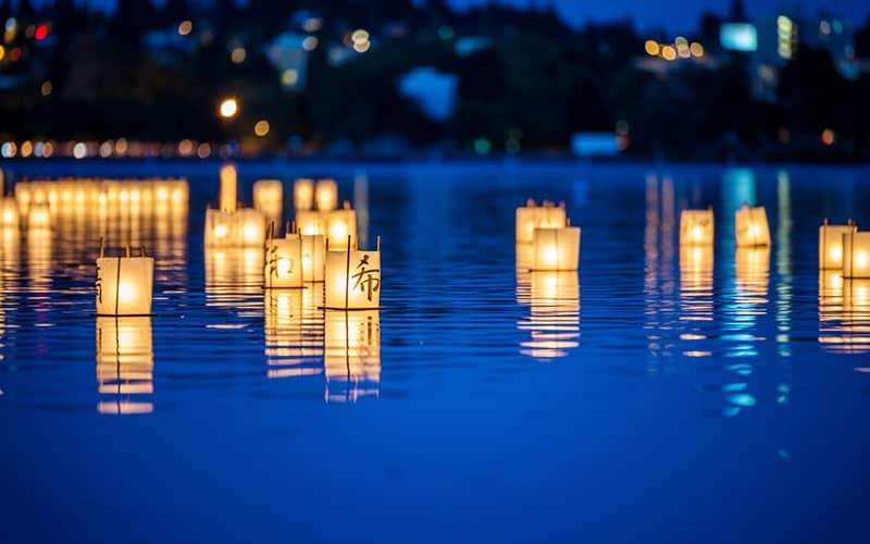 فانوس های روشن روی آب در تاریکی شب