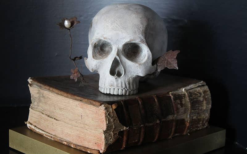 جمجمه یک انسان روی کتابی قدیمی
