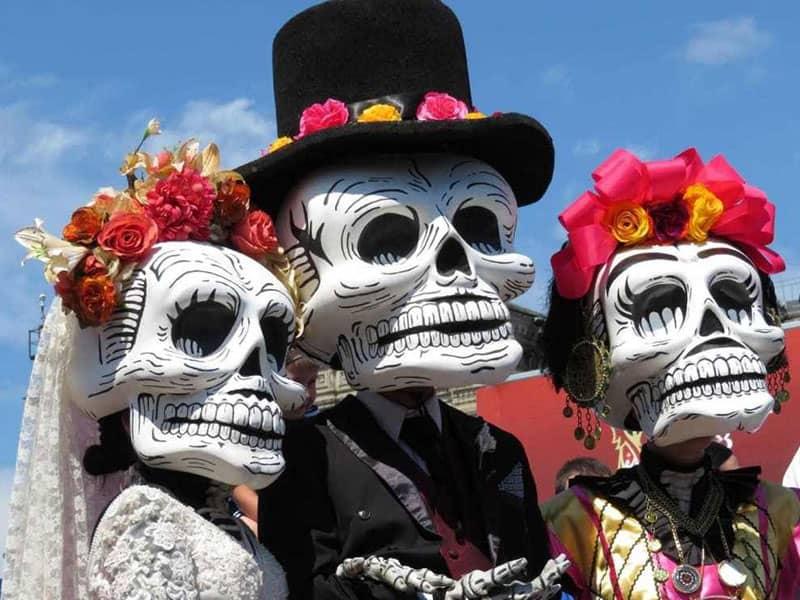 سه نفر با ماسک های اسکلت در جشن هالووین