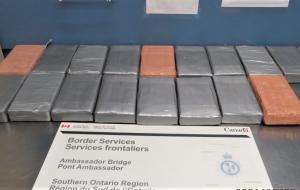 معاینه خودروی CBSA در Ambassador Ambassador منجر به کشف مشکوک به کوکائین و اتهامات RCMP می شود